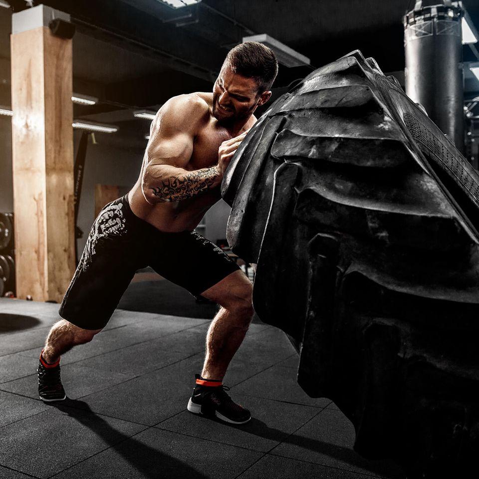 Mann im Fitnessstudio
