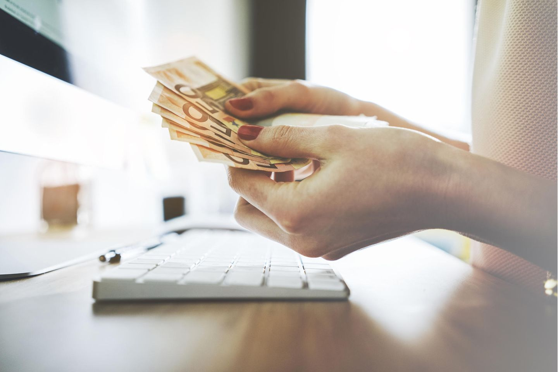 Altersvorsorge: Frau hält Geldscheine in den Händen