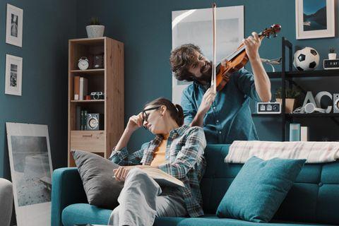 Macken beim Partner: Partner spielt Geige