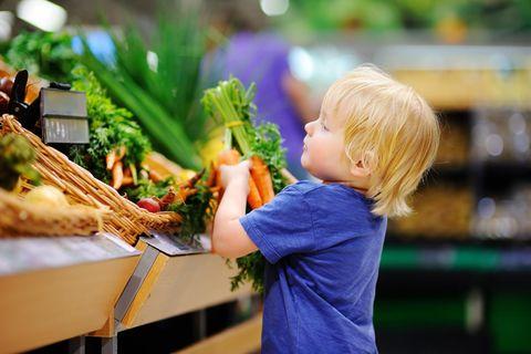 Kinder vegetarisch ernähren: Kind mit Gemüse