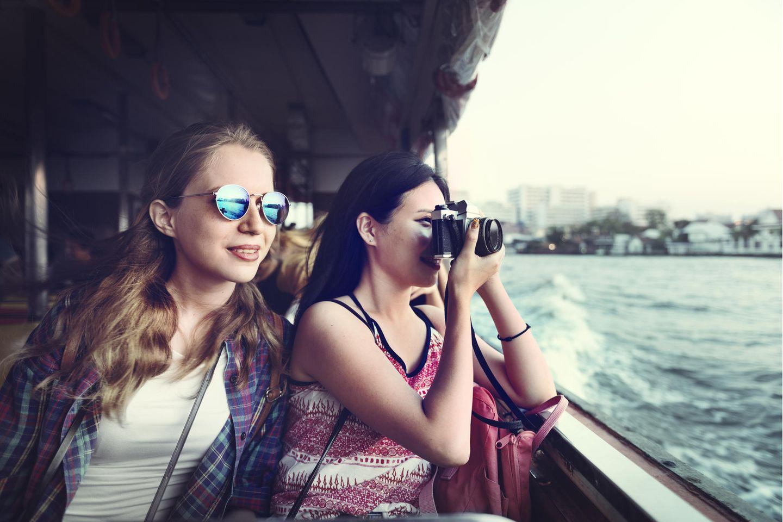 Getrennter Urlaub: Zwei Frauen im Urlaub
