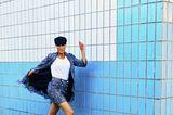 Zweiteiler für Damen: Kostüm, Model springt