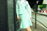 Zweiteiler für Damen: Model in pastellblauem  Zweiteiler