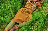 Zweiteiler für Damen: Model im Gras