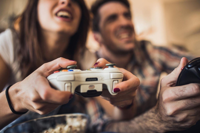 Videospiele: Mann und Frau mit Controllern
