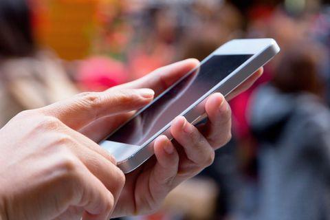 Neue App: Smartphone in einer Hand