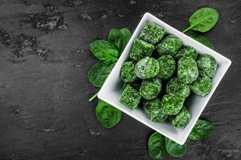 Spinat einfrieren: Gefrorener Spinat in einer Schüssel