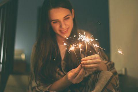Silvester alleine: Frau mit Wunderkerzen
