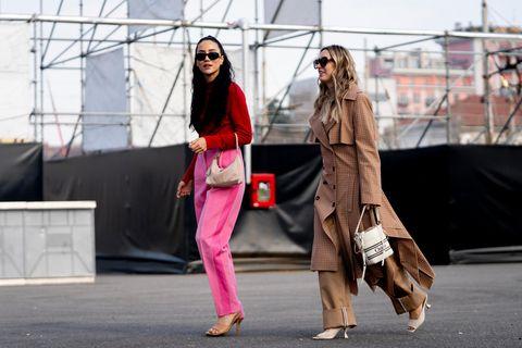 Hot Pink: Frauen tragen Trendfarbe 2021