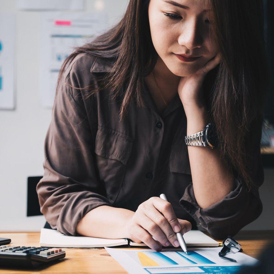 Vorsorge: Frau am Schreibtisch mit Unterlagen