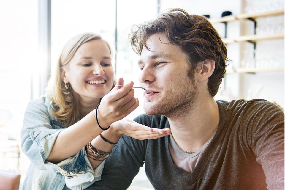 Essgewohnheiten: Frau füttert ihren Partner