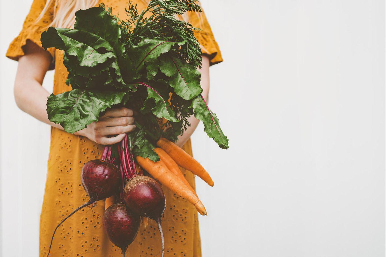 Ernährungsmythen: Frau mit Gemüse in der Hand