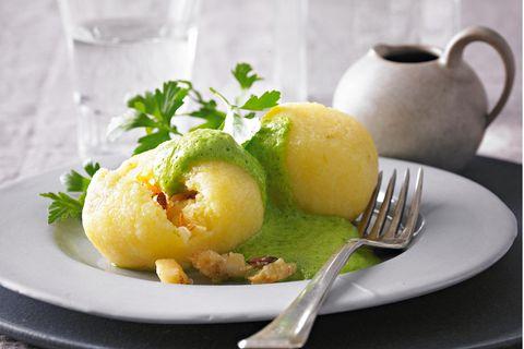 Gefüllte Kartoffelknödel mit Petersilienschaum