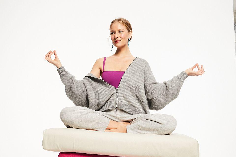 Brigitte Balance Konzept 2021: Frau meditiert