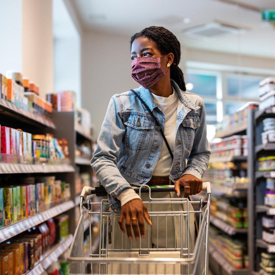 Rückruf Schutzmasken bei Müller: Frau mit Mund-Nase-Bedeckung im Supermarkt