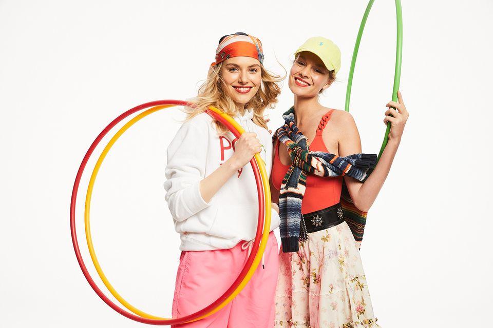 BRIGITTE Diät 2021: 2 Frauen in Sportkleidung mit Hula Hoop Reifen