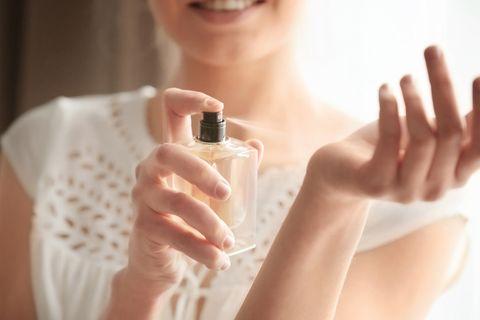 Parfum: Frau sprüht Dufr