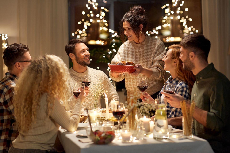 Freunde in festlicher Atmosphäre beim Abendessen