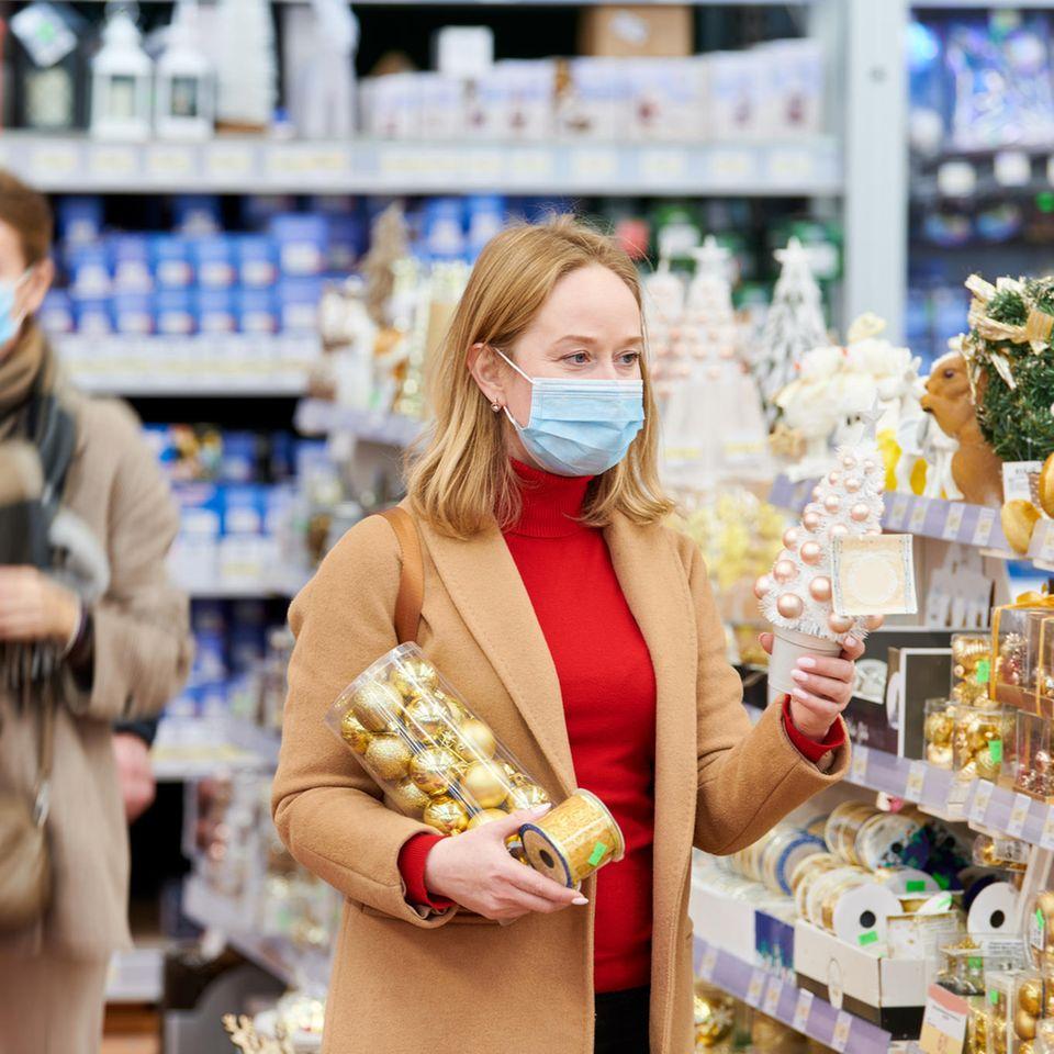 Öffnungszeiten an Weihnachten: Frau im Supermarkt