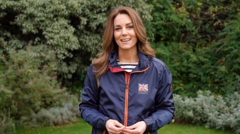 """In einer sportlichen Windjacke des britischen Labels Belstaff wünscht Herzogin Catherine dem englischen SeglerBen Ainsle und seinem Team viel Glück für den bevorstehenden """"America's Cup"""". Sie zeigt sich so auch modisch als Einheit mit den Sportlern, da das Modell aus der offiziellen """"Britannia""""-Kollektion stammt, und fühlt sich sichtlich wohl in diesem Look. Kein Wunder, auch die Frau von Prinz William ist eine echte Sportskanone!"""