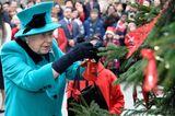 Weihnachten bei den Windsors: Königin Elisabeth II. schmückt Weihnachtsbaum