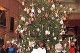 Weihnachten bei den Windsors: Königin Elisabeth II. und Queen Mum am Weihnachtsbaum