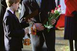 Weihnachten bei den Windsors: Prinz Harry und Prinz William mit Geschenken