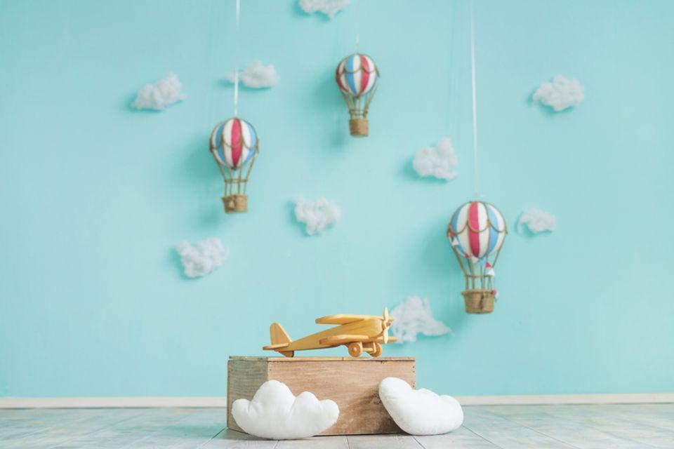 Kinderzimmer gestalten: Holzflugzeug und Heißluftballons