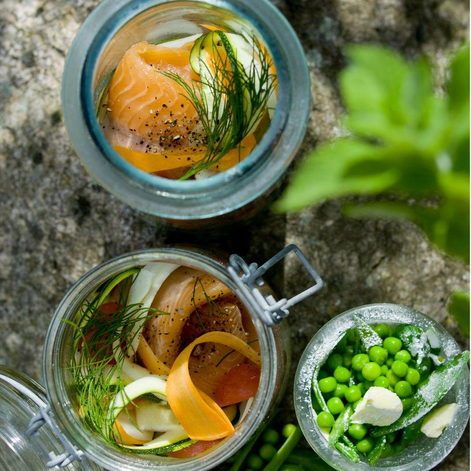 Kräutergemüse mit Saibling im Glas