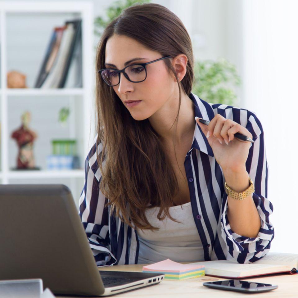 Downshifting: Frau arbeitet am Laptop.