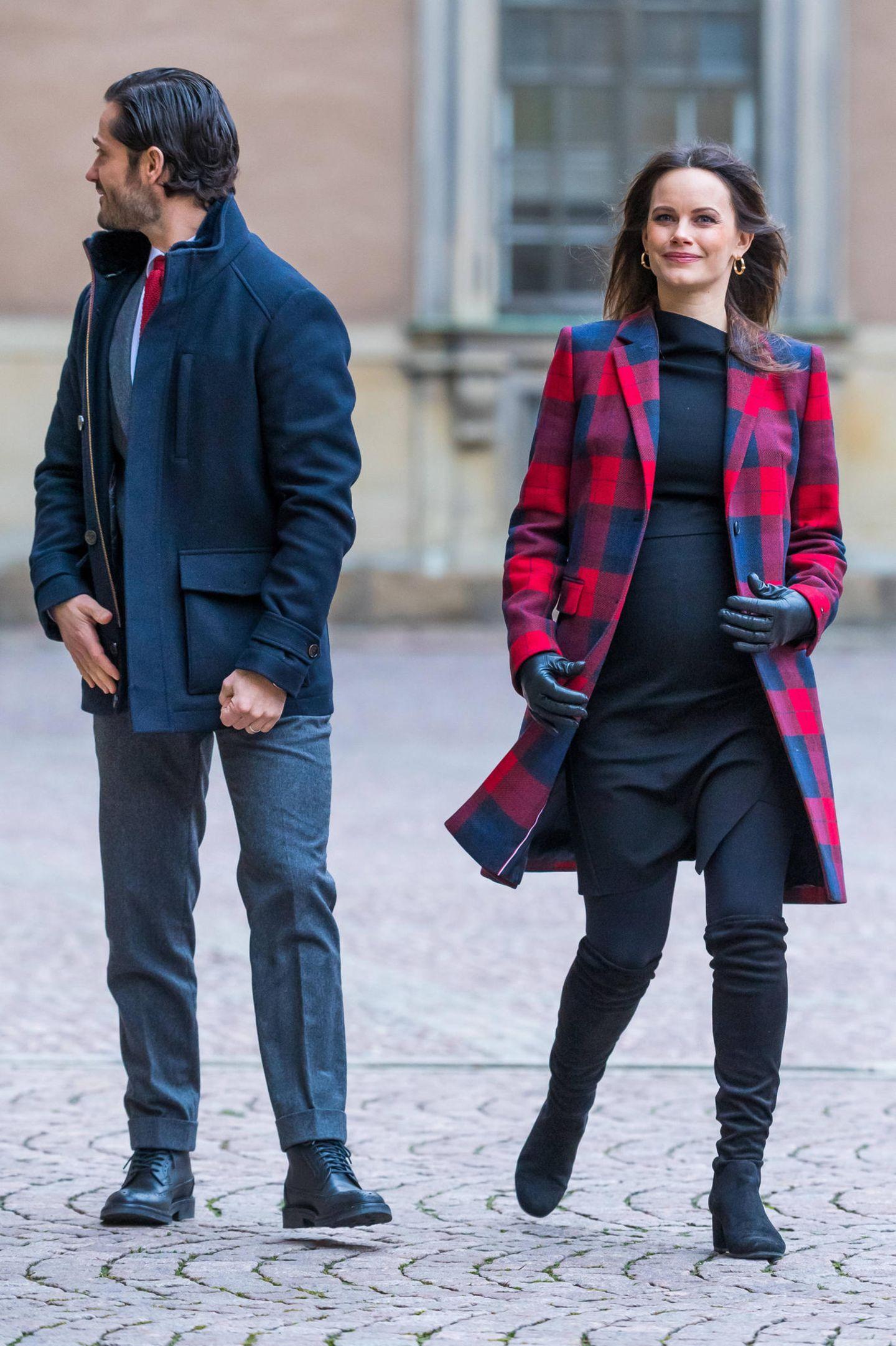 Prinz Carl Philip und seine Prinzessin Sofia absolvieren ihren ersten öffentlichen Auftritt seit Bekanntgabe ihrer dritten Schwangerschaft. Die schöne Schwedin hüllt dafür ihre schon sehr groß gewordene Babykugel in eine enge Rock-Top-Kombi und trägt einen rot-blau-karierten Mantel. Schwarze Overkneestiefel und Lederhandschuhe machen den winterlichen Look perfekt!