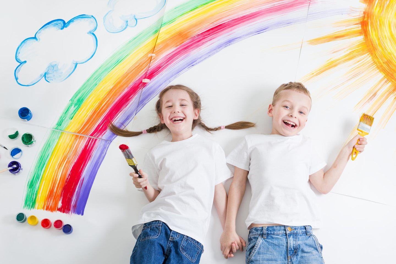 Wasserfarben selber machen: Zwei Kinder malen