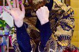"""Hier mussten wir wirklich zwei mal hinsehen – ist sie es oder ist sie es nicht? So viel können wir verraten: Sie ist es! Charlène von Monacco hat sich einer radikalen Typveränderung unterzogen und überrascht mit völlig neuem Look. Beim traditionellen """"Arbre de Noël"""" präsentiert sie zum ersten mal ihren frisch rasierten Undercut samt dunklerer Strähnen.  Passend dazu setzt die Fürstin aufein rauchiges Augen-Make-up, große Kreolen und eine mit Pailletten besetzte Maske. Ganz schön edgy. liebe Charlène, aber warum nicht? Wir feiern den Mut der Zwillingsmama und sind gespannt, mit welchem Look sie uns als nächstes überrascht."""