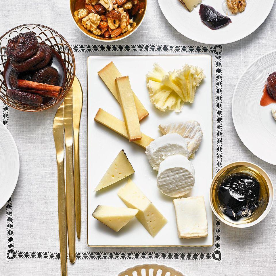 Käse mit Feigen, Weingelee und Honig-Nüssen