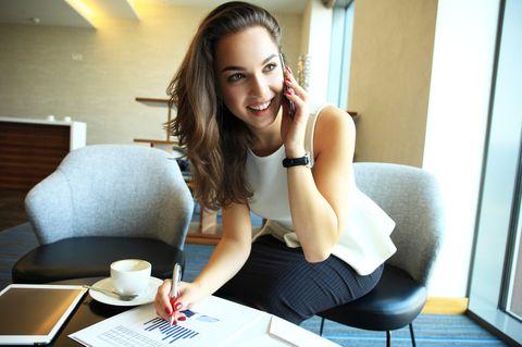 ABC Methode: Frau sitzt am Tisch telefoniert.