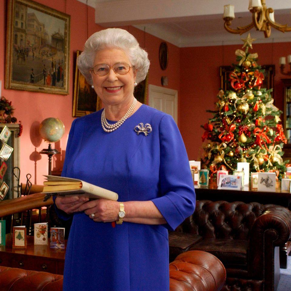 Weihnachten bei den Windsors: Königin Elisabeth mit Buch