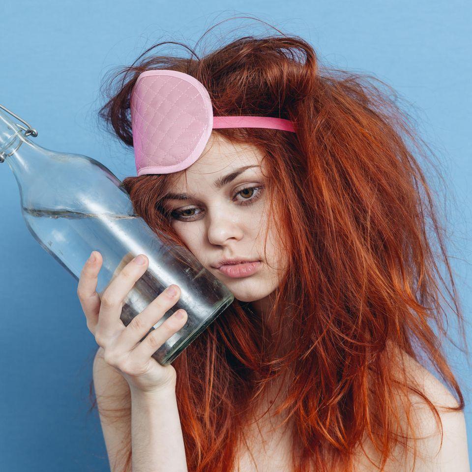 Kater: Frau mit Kopfschmerzen