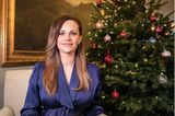 Prinzessin Sofia von Schweden meldet sich bei einer Gala, die Alltagshelden ehrt, per Videobotschaft zu Wort. In schimmerndem Kleid von ByMalina und vor weihnachtlicher Kulisse strahlt die schwangere Prinzessin die Kamera. Und auch, wenn sie ihren Bauch dank raffinierten Schnittes gut unter ihrem Kleid kaschierten kann, ist ihr Schwangerschaftsglow kaum zu übersehen.