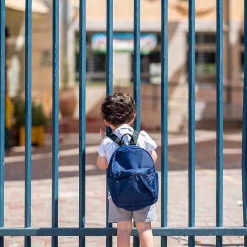 Corona aktuell: Schüler vor geschlossenem Tor