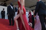 Promikleider: Bella Hadid im roten Kleid