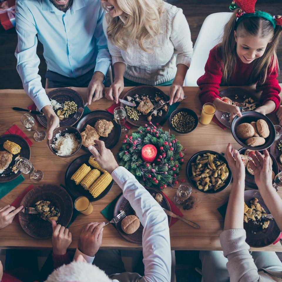 Weihnachtsessen: Familie sitzt am Tisch