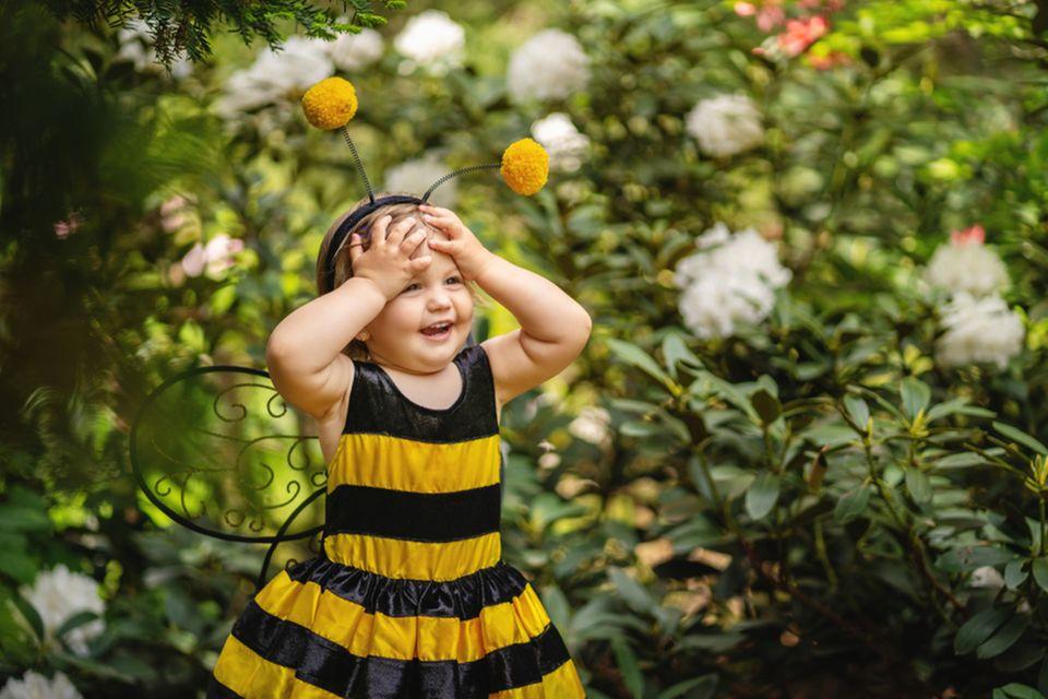 Kindheitshelden: Kind in Bienen-Kostüm
