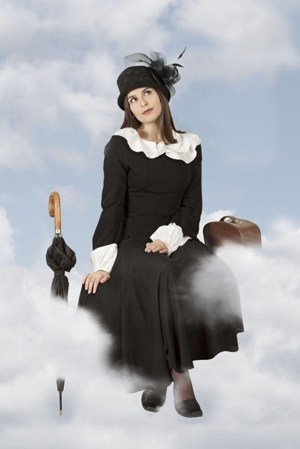 Kindheitshelden: Frau als Mary Poppins verkleidet