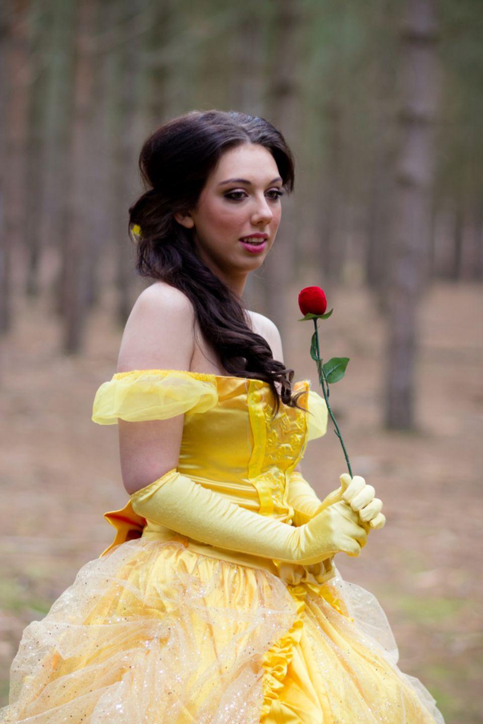Kindheitshelden: Frau als Belle verkleidet