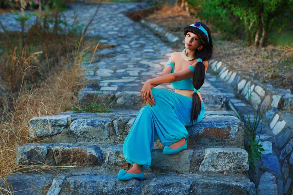 Kindheitshelden: Frau als Jasmine verkleidet