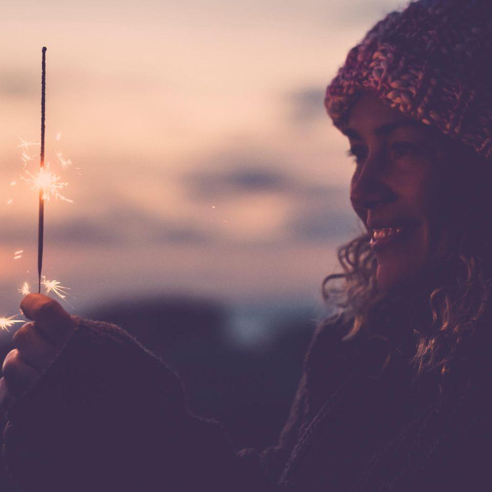 Gute Vorsätze: Frau mit Wunderkerze