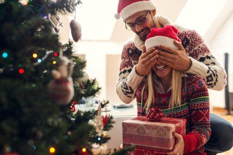 Weihnachten: Pärchen vor dem Weihnachtsbaum