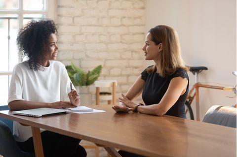 Konstruktive Kritik: Zwei Frauen im Meeting