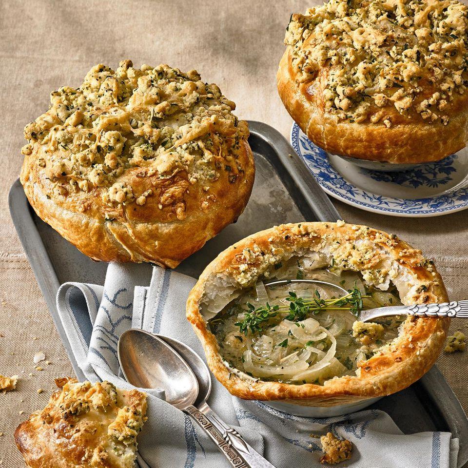 Zwiebelsuppe mit Streusel-Käse-Haube