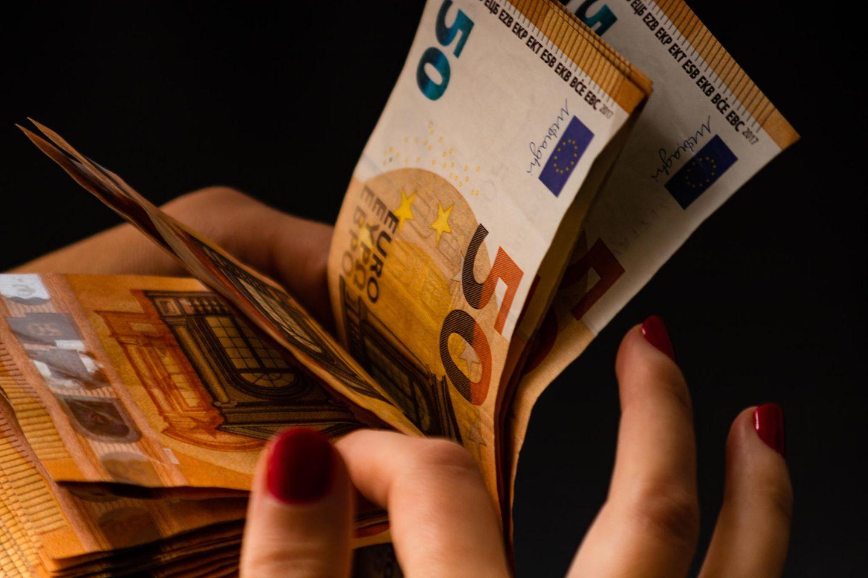 Frau mit Euro-Scheinen
